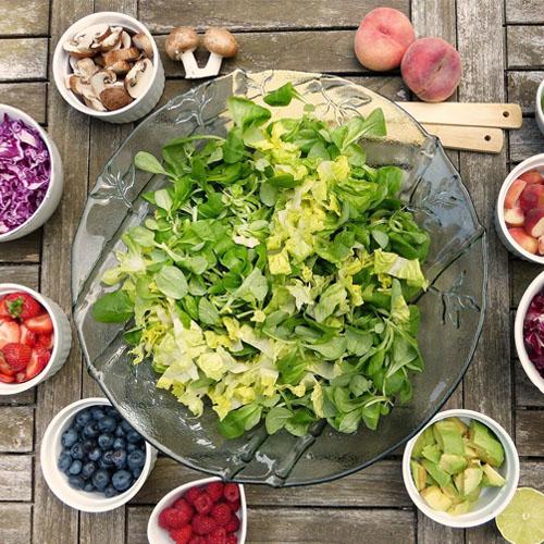 Ernährungsberatung - Bowl, viele verschiedene Zutaten kombinieren