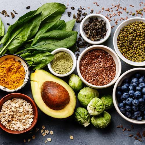 Nahrungsfasern - Avocado, Heidelbeeren, Leinsamen, Haferflocken, Spinat, Rosenkohl