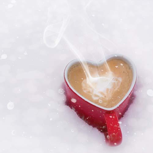 Achtsamkeit - Kaffeetasse im Schnee
