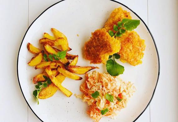 Chicken Nuggets mit Ofenpommes, Kräutern