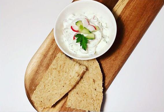 Gemüsejoghurt mit selbstgebackenem Dinkelbrot