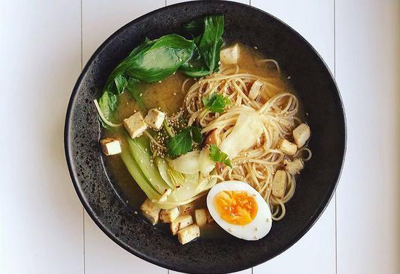 Ramen-Suppe mit Ei und Tofu, Nudeln und Pac Choi