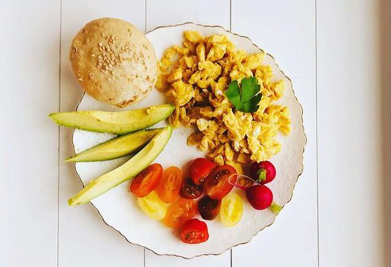 Rührei mit Vollkornbrot und Gemüse - Cherry-Tomaten und Avocado