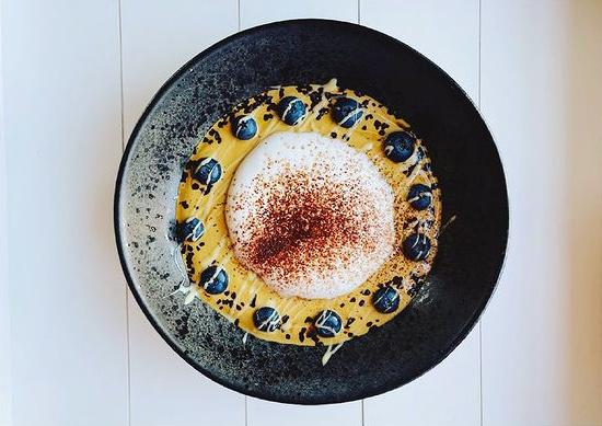 Cappuccino Smoothie-Bowl mit Heidelbeeren und Kakaopulver